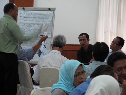 Peserta terlibat dalam diskusi kelompok untuk menganalisis model-model biogas.