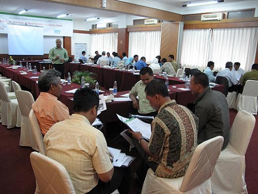 Keempat kelompok diskusi sedang memberikan penilaian untuk model-model biogas yang diajukan.