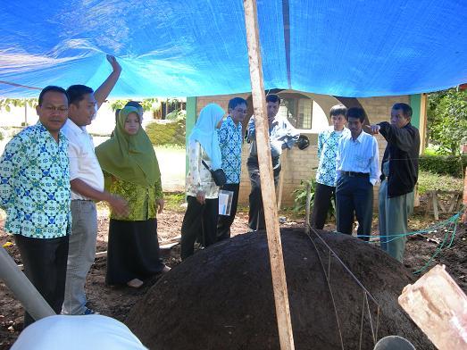 Peninjauan ke lapangan dilakukan dengan tujuan memberikan pemahaman yang mendalam tentang unit biogas kepada peserta.