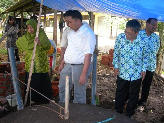 Para peserta mengamati cara kerja pembuatan unit biogas.