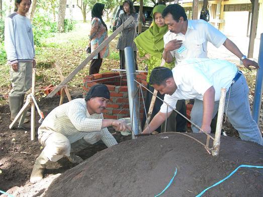 Peserta mendiskusikan penggunaan rangka besi dalam pembangunan kubah.