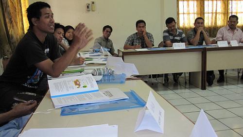 Diskusi yang berlangsung dalam ruang kelas.