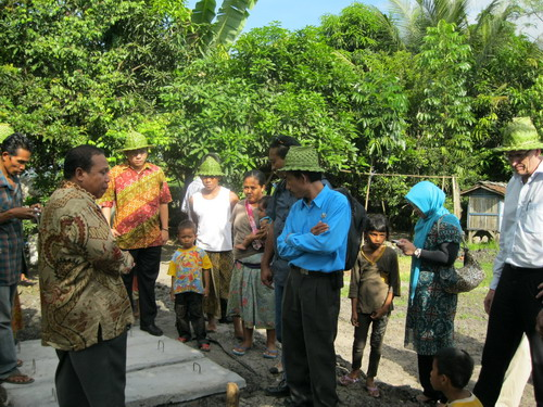 Peserta workshop melihat langsung kondisi reactor biogas yang masih dalam tahap penyelesaian