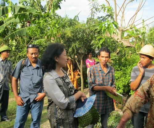 Bu Maryam, Direktur Energi Baru terbarukan dan Konversi Energi sedang berbincang dengan warga pengguna biogas