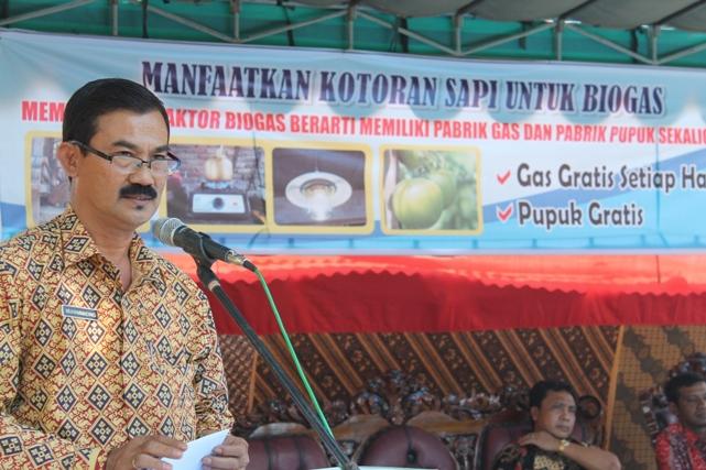 Drs. H. Muhammadeng, Asisten II Setda Sumbawa, sedang memberikan sambutan pada peluncuran Program Biogas Rumah (BIRU) di Kabupaten Sumbawa, 6 September 2012. Kegiatan dipusatkan di desa Moyo, Kec. Moyo Hilir, Sumbawa.