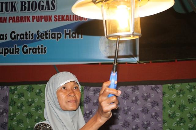Ibu Agus menyalakan lampu biogas untuk penerangan. Lampu dengan bahan bakar biogas membantu penerangan pada saat lampu listrik tidak menyala.